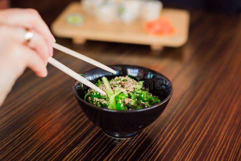Un plat d'algue verte images stock