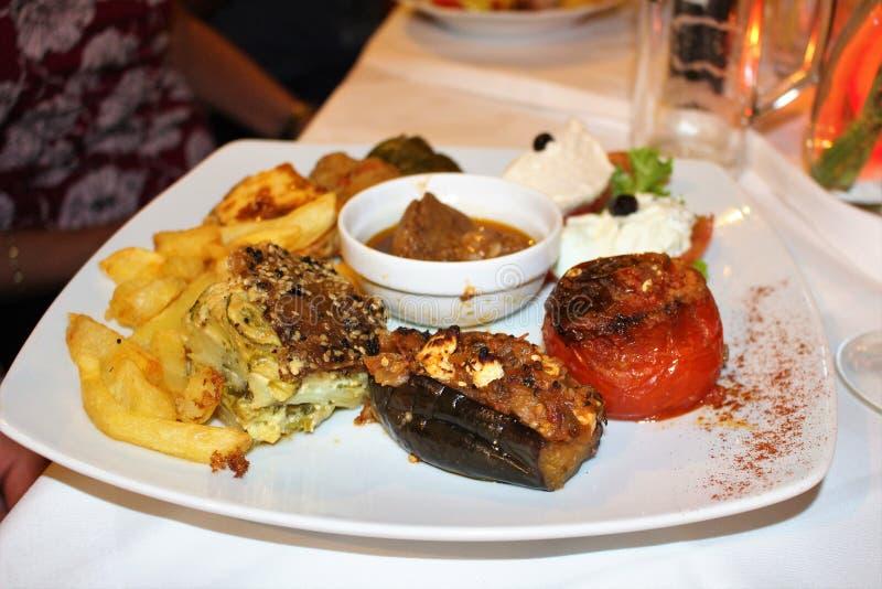 Un plat de bons plats grecs photos stock