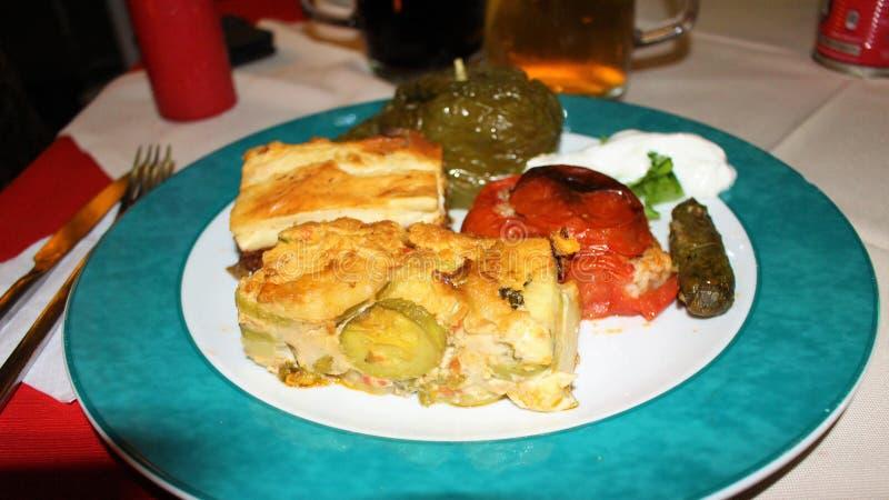 Un plat de bons plats grecs images libres de droits