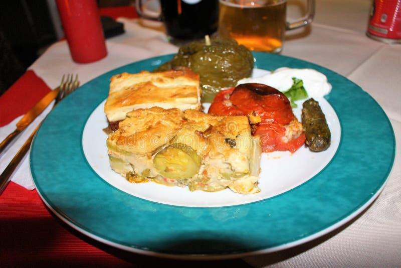 Un plat de bons plats grecs image stock