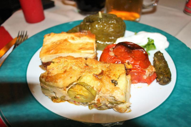 Un plat de bons plats grecs photographie stock