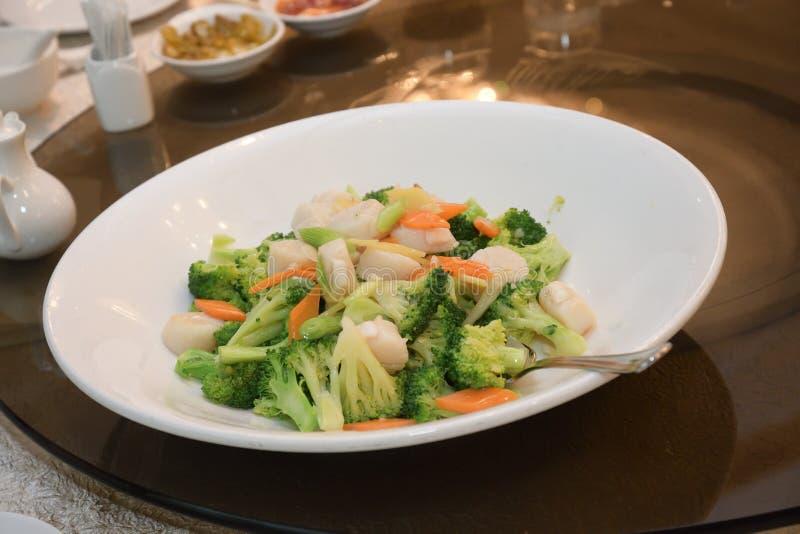 Un plat de brocoli à la vapeur et de légumes carottes frits sur une plaque blanche image libre de droits