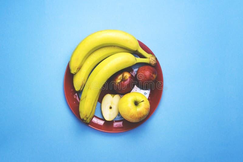 Un plat de fruit sur un fond de couleur photo stock