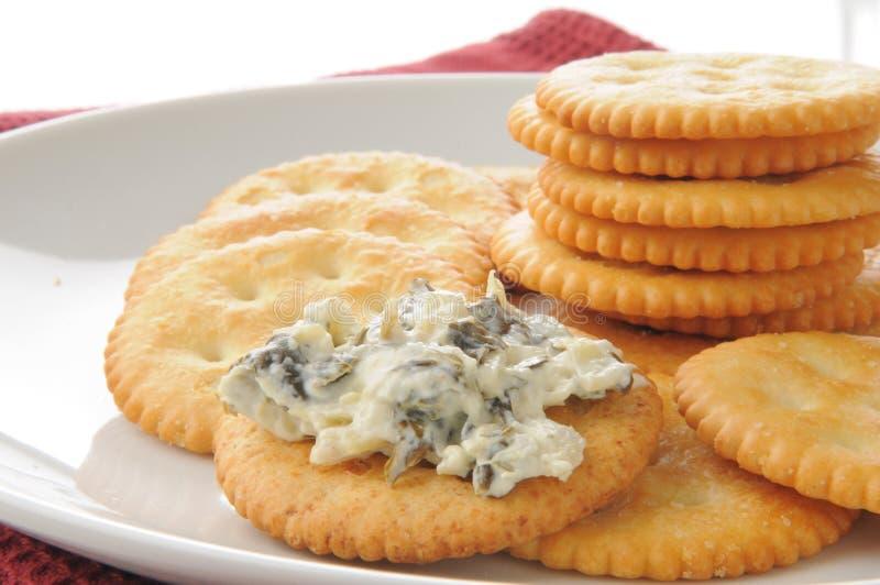 Biscuits avec l'immersion d'artichaut d'épinards image stock