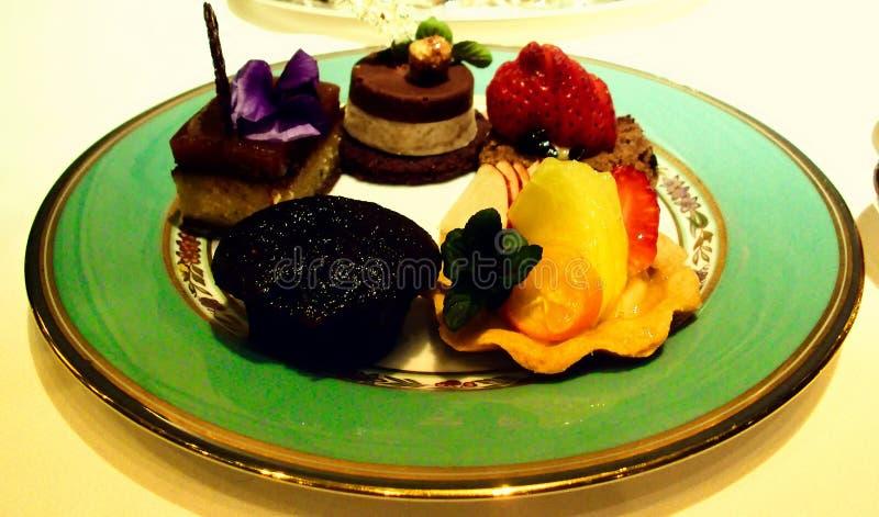Un plat des gâteaux délicieux et des délicatesses photos stock