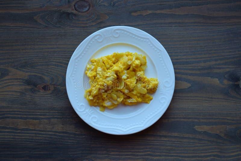 Un plat des oeufs brouillés délicieux, petit déjeuner sur la table en bois photos libres de droits