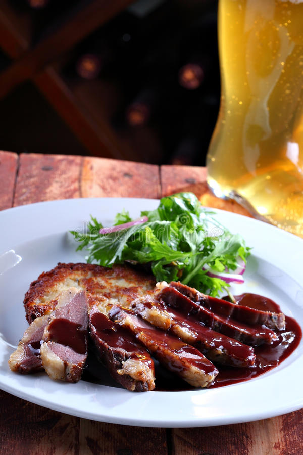 Un plat des tranches de viande photos libres de droits