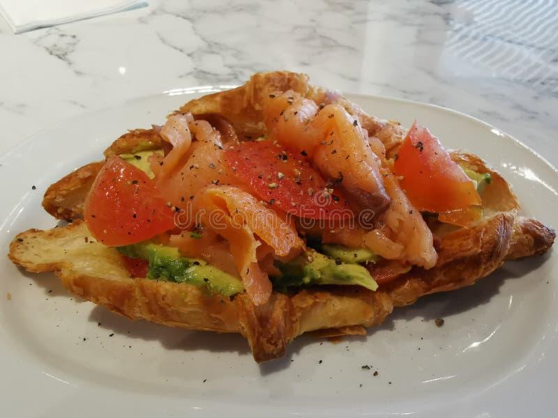 Un plat du sandwich saumoné à légumes d'avocat images stock