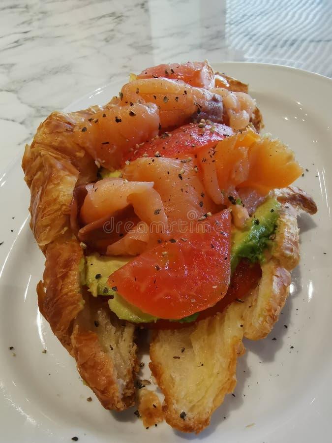 Un plat du sandwich saumoné à légumes d'avocat photos libres de droits