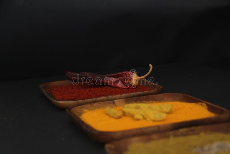 Un plat en bois avec le paprika et le piment sec photos stock