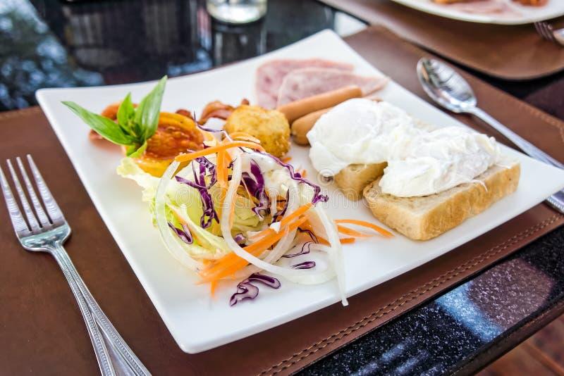 Un plat en céramique blanc de petit déjeuner photographie stock
