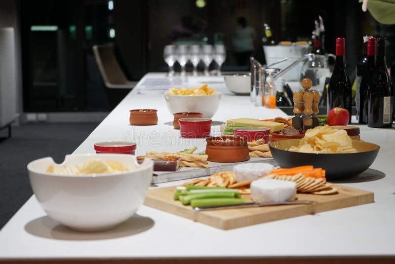 Un plateau de fromage accompagné avec du vin avec une vue numéro 2 photo stock