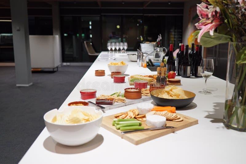 Un plateau de fromage accompagné avec du vin avec une vue images stock