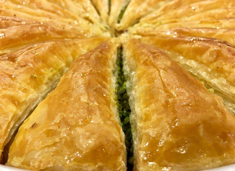 Un plateau de plaisir turc, carotte a coupé en tranches la baklava, étalage photos stock