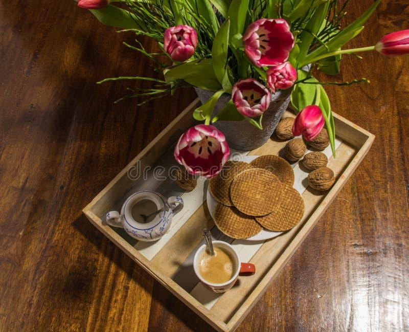 Un plateau en bois de portion avec le sirop traditionnel waffles, le café, su images libres de droits