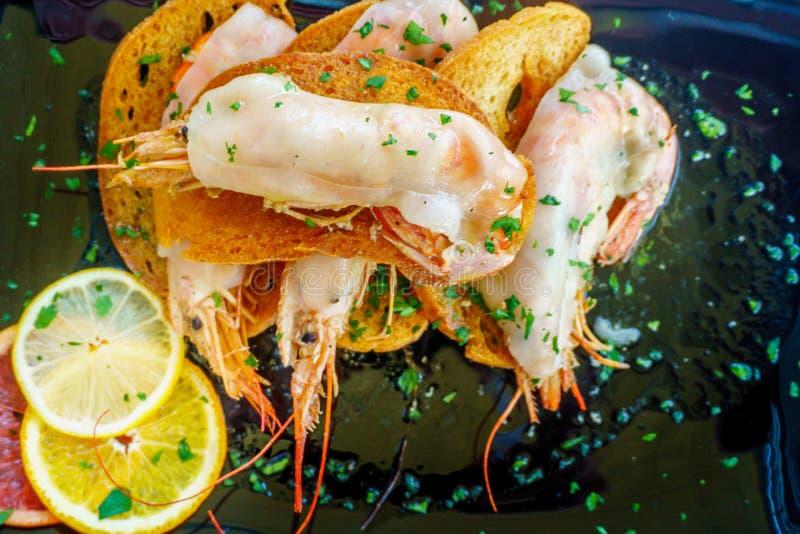 Download Un Plato De Camarones Asados A La Parrilla Con La Especia Foto de archivo - Imagen de frito, comida: 100526936