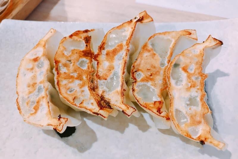 Un plato de la bola de masa hervida frita Gyoza o Jiaozi imagen de archivo libre de regalías