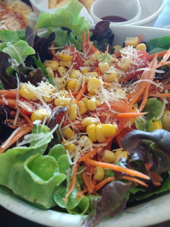Un plato de la ensalada de maíz foto de archivo libre de regalías