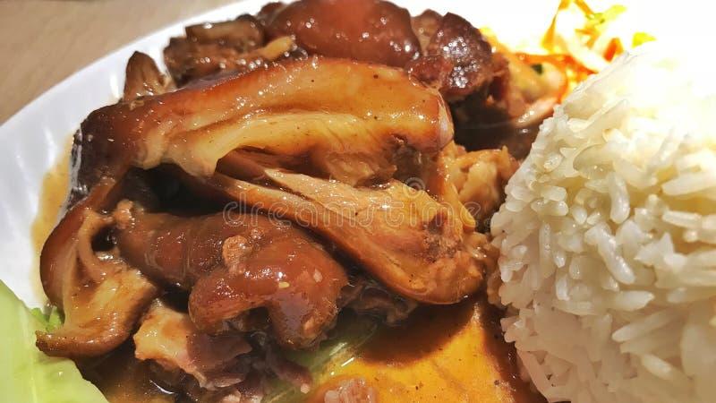 Un plato de los nudillos del cerdo con arroz imagen de archivo libre de regalías
