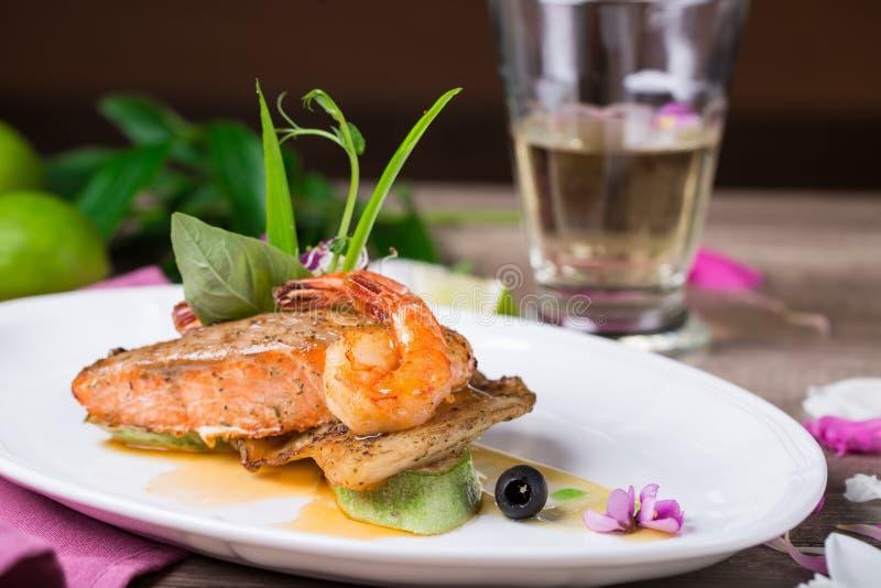 Un plato de salmones y del camarón asados a la parrilla foto de archivo