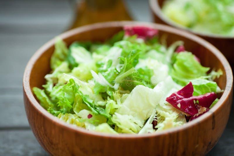 Un plato del frisse, del romano y del radiccio frescos de la ensalada con aceite de oliva, sal y percec recientemente molido en u fotos de archivo