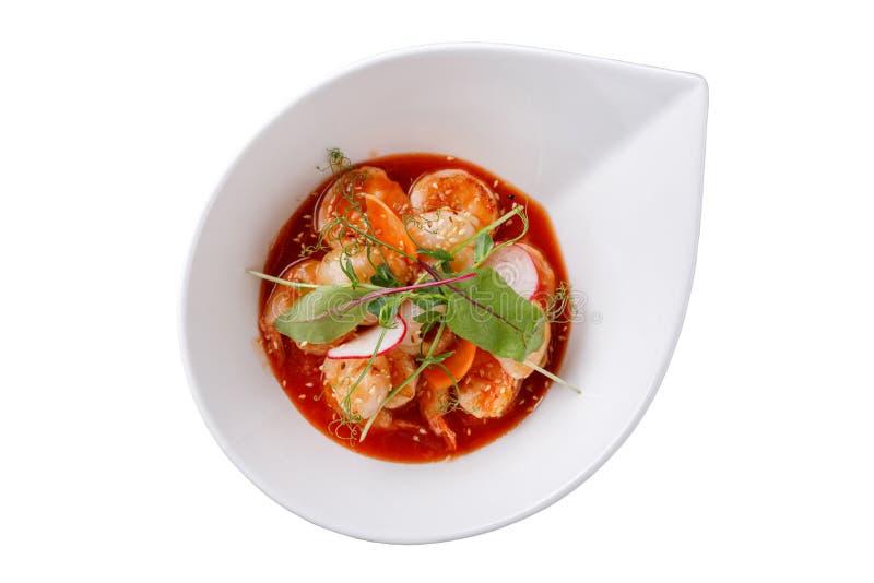 Un plato magnífico con las gambas y la salsa agridulce en un fondo blanco fotos de archivo