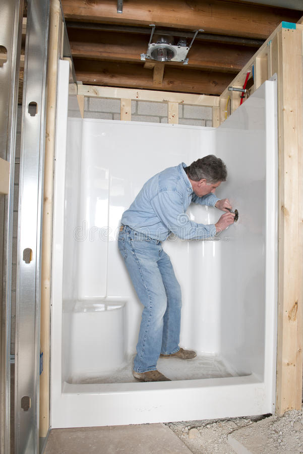 le plombier installent la douche de salle de bains maison. Black Bedroom Furniture Sets. Home Design Ideas