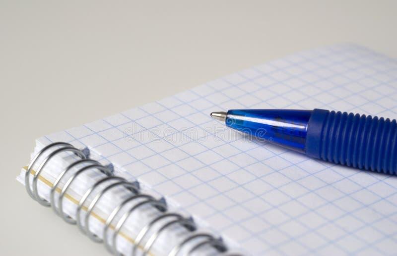 Pluma y cuaderno azules