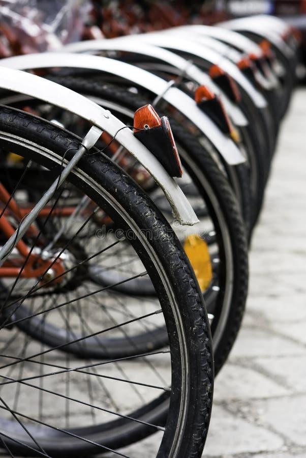Un poco de bici rentable urbana en el estacionamiento fotografía de archivo