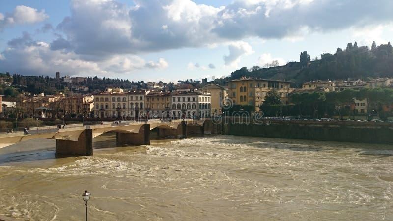 Un poco sole sopra il fiume di Arno fotografie stock libere da diritti