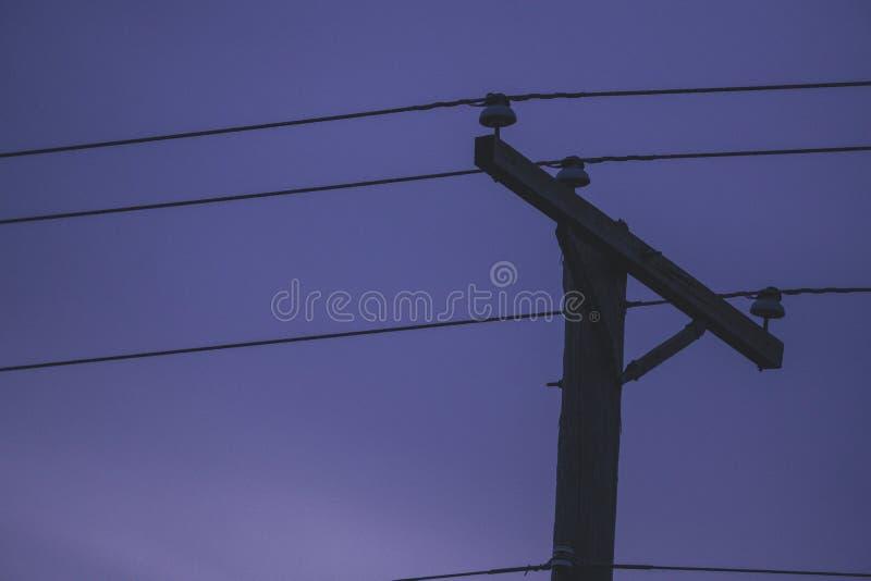 Un poder poste se coloca alto en un día tempestuoso en Warren County, Iowa imágenes de archivo libres de regalías