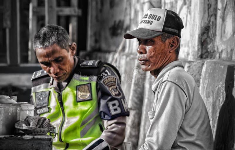 Un policier près d'un négociant photographie stock