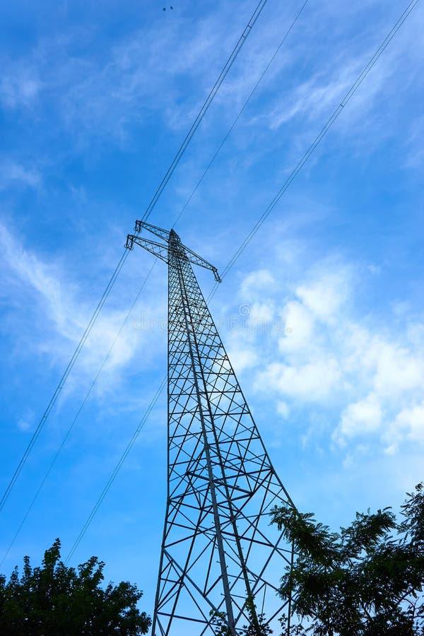 Un polo de poder con los alambres fotos de archivo