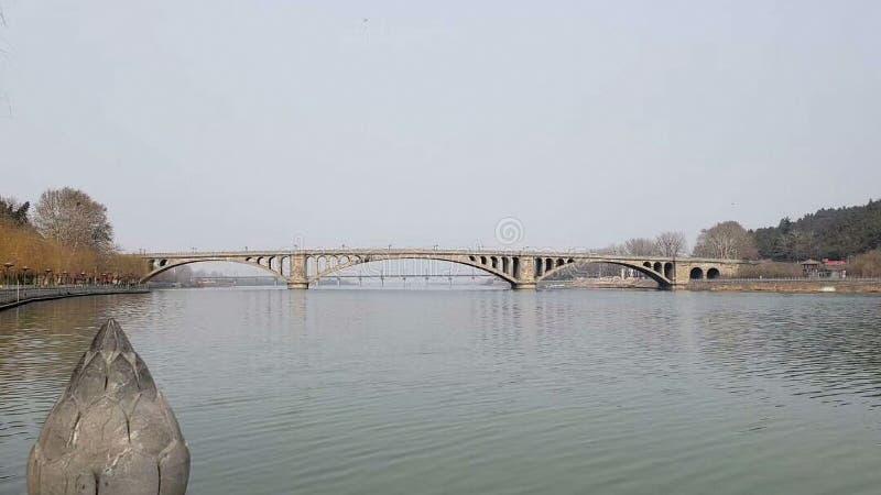 Un pont à travers la rivière dans le paysage morne d'automne photos libres de droits
