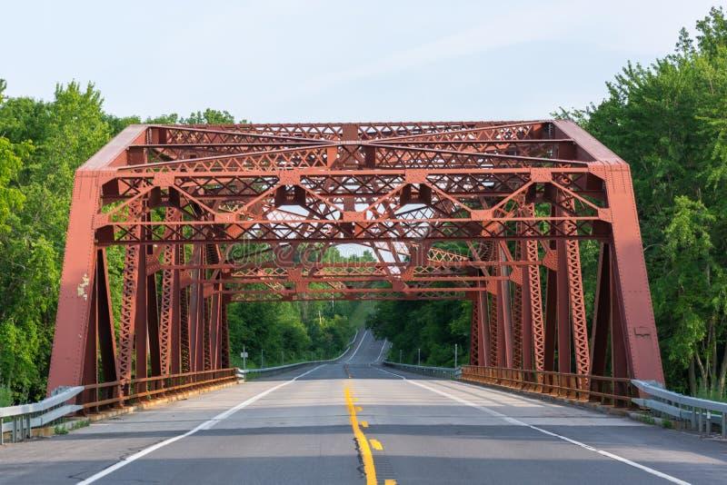 Un pont au-dessus d'une chaussée commençant à se diriger vers le haut d'une colline images libres de droits