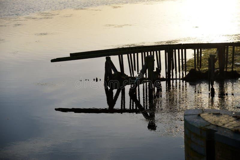 Un pont défectueux à un petit lac sur la Zélande images libres de droits