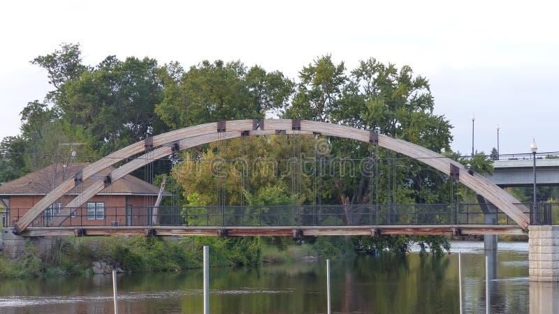 Un pont de bois et d'acier photographie stock libre de droits