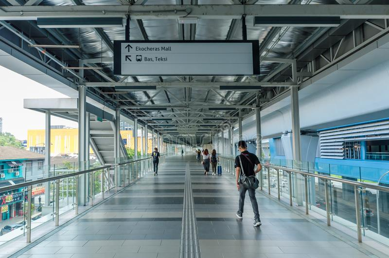 Un pont de lien relie le mail d'Eko Cheras directement à la station de MRT Taman Mutiara photo libre de droits