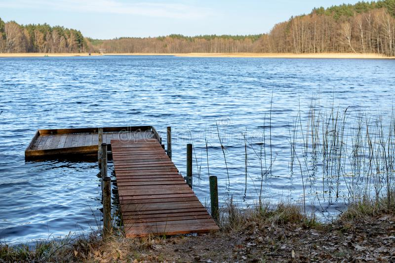 Un pont de p?che en bois au-dessus d'un petit lac Un endroit pour p?cher des poissons photo stock