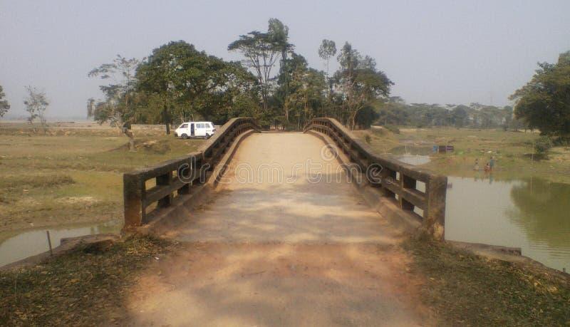 Un pont de village image stock