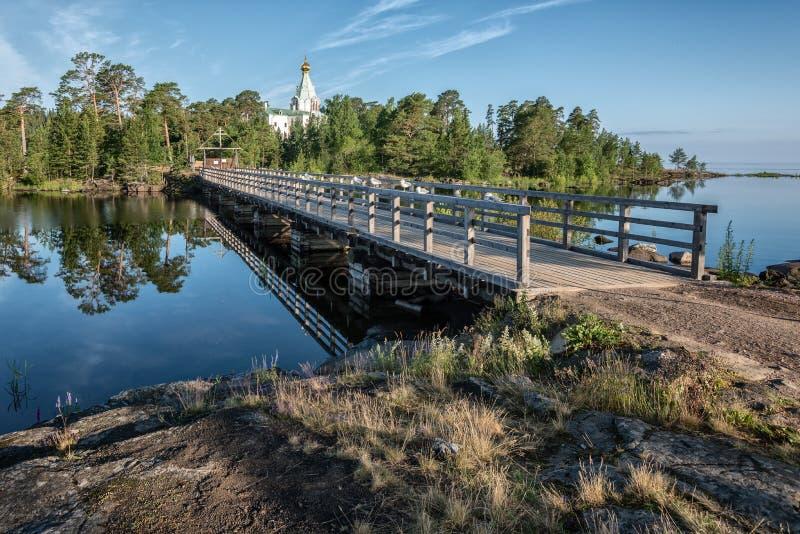 Un pont en bois relie le sketch de Nikolsky au reste de l'île images stock
