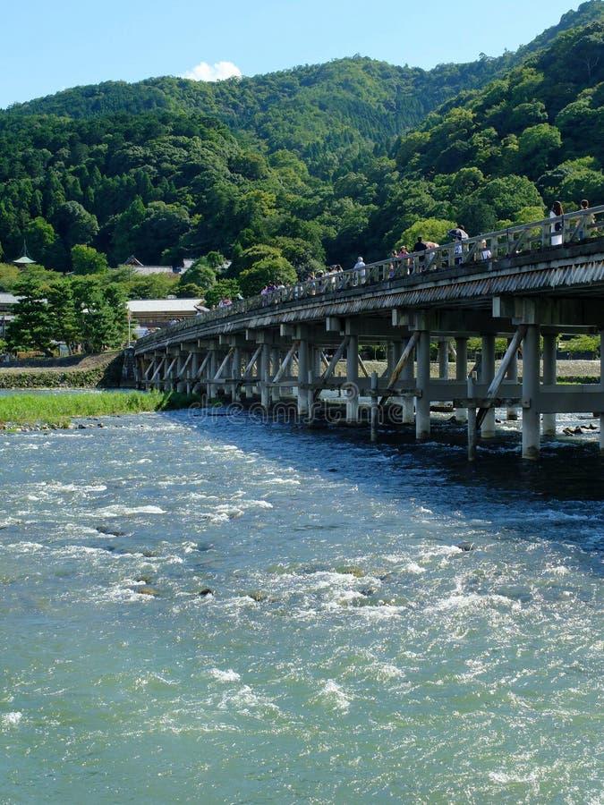 Un pont en bois traditionnel à travers la rivière images stock