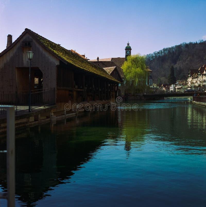 Un pont en bois traversant la rivière Aare dans Thun au printemps, tir avec la photographie analogue de film image stock