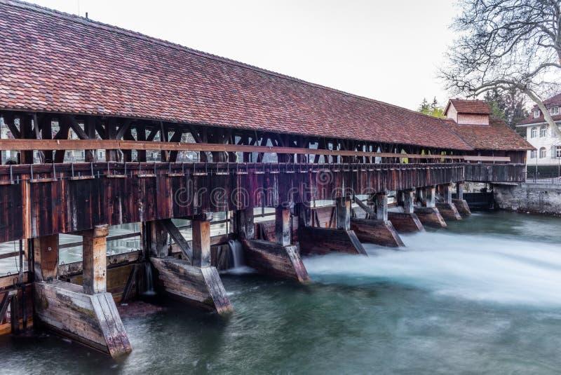 Un pont en bois traversant la rivière Aare dans Thun tôt le matin - 3 photo libre de droits