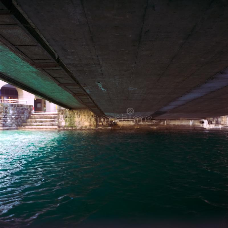 Un pont en bois traversant la rivi?re Aare dans Thun au printemps, tir avec la photographie analogue de film image libre de droits