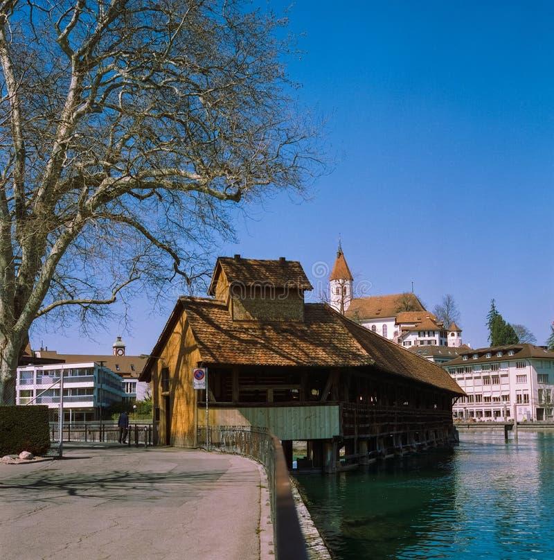 Un pont en bois traversant la rivi?re Aare dans Thun au printemps, tir avec la photographie analogue de film photographie stock libre de droits