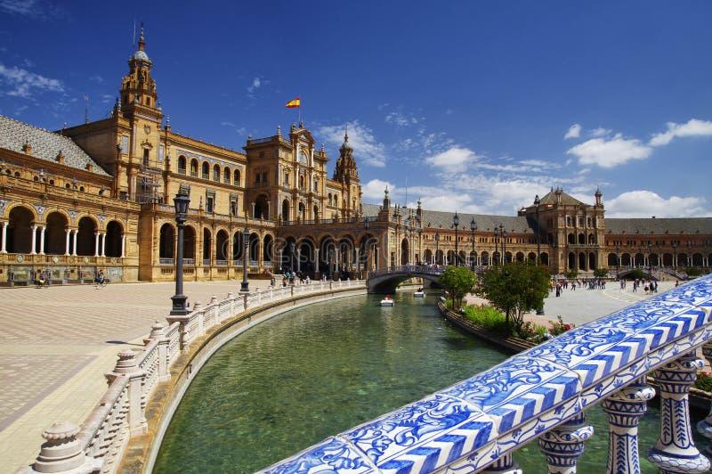 Un pont fait en Azulejos sur la plaza de Espana en Séville, Andalousie image stock