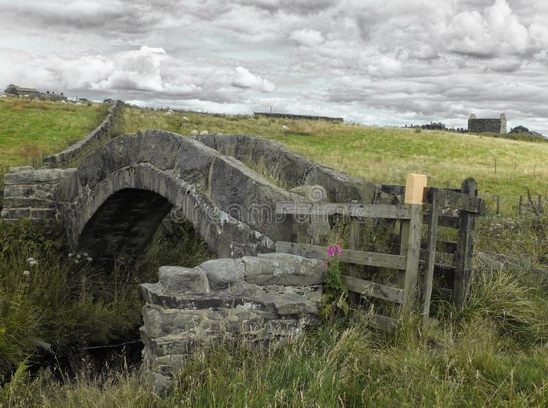 Un pont médiéval en pierre antique de cheval de bât photo stock