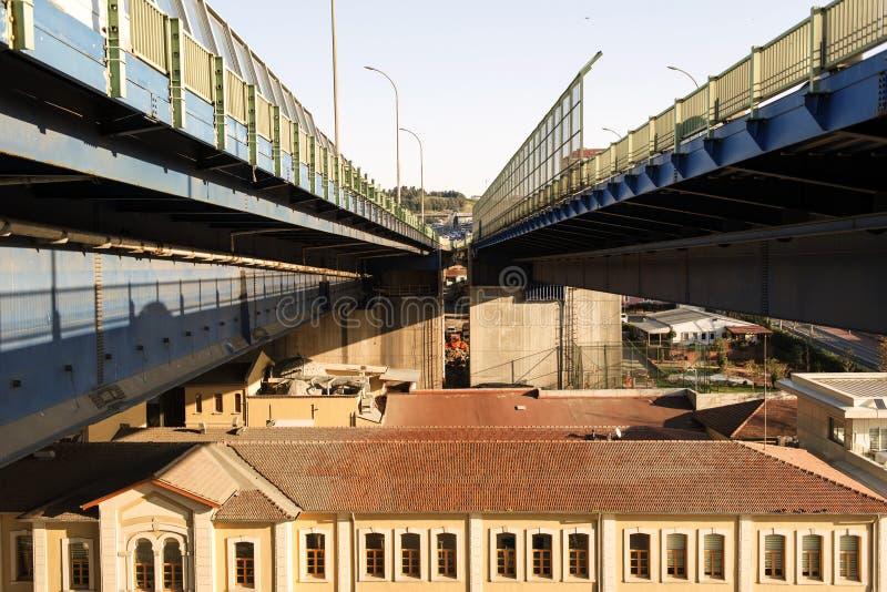 Un pont moderne sur le dessus f un bâtiment historique à Istanbul, Turquie image stock