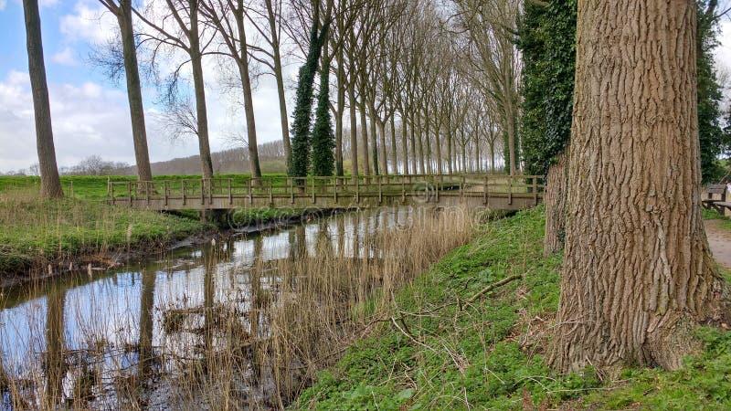 Un pont par la rivière photos libres de droits